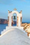 Vista na vila de Oia na ilha de Santorini sobre torres de sino da igreja fotos de stock royalty free