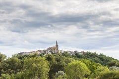 Vista na vila medieval Buje na Croácia Fotografia de Stock