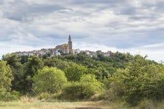 Vista na vila medieval Buje na Croácia Foto de Stock