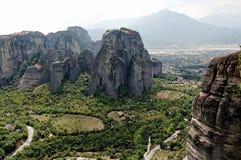Vista nas montanhas rochosas bonitas perto dos monastérios de Meteora em Grécia foto de stock royalty free