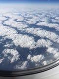 Vista nas nuvens brancas do plano Imagem de Stock