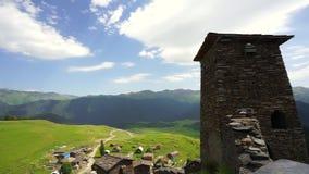 Vista nas torres na vila de Omalo, região de Tusheti em Geórgia video estoque