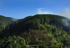 Vista naturale del paesaggio della montagna con le nuvole ed il cielo Immagine Stock