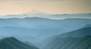 Vista nebbiosa blu della montagna d'argento Portland Oregon 1 Immagine Stock Libera da Diritti
