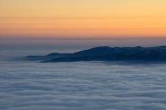 Vista nebbiosa dal picco di montagna scherzato Giorno di inverno freddo Liberec, repubblica Ceca Fotografia Stock