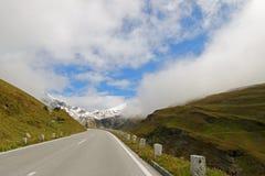 Vista nebbiosa di alta strada alpina di Grossglockner Fotografie Stock Libere da Diritti