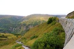 Vista nebbiosa di alta strada alpina di Grossglockner, Austria Immagini Stock