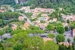 Vista nebbiosa di luce del giorno a Eze, villaggio di Azur del ` di Cote d con noioso medievale immagine stock libera da diritti