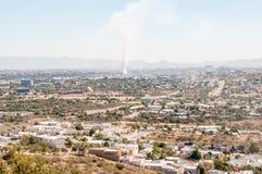 Vista nebbiosa di Windhoek dal sud Immagini Stock Libere da Diritti