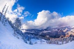 Vista nebulosa das montanhas cobertas com a neve Fotos de Stock Royalty Free
