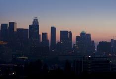 Vista nebulosa del horizonte de Los Ángeles en la puesta del sol foto de archivo
