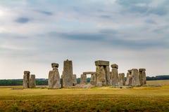 Vista nebulosa e temperamental surpreendente de Stonehenge em Wiltshire Inglaterra, fotos de stock royalty free