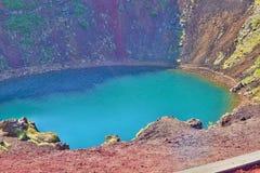 Vista nel cratere di Kerid con il suo lago blu al fondo come parte del Circl dorato famoso fotografia stock libera da diritti