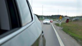 Vista nel mirrow laterale sull'azionamento di veicoli dietro Concetto del trasporto Bei ambiti di provenienza video d archivio