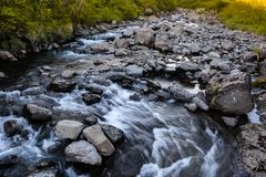 Vista nel parco nazionale di Skaftafell al fiume ed alle pietre immagini stock libere da diritti
