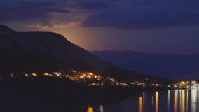 Vista nell'ambito della luce di luna sulla città su una riva del mare adriatico dalla collina rocciosa in Croazia, toni different fotografia stock libera da diritti