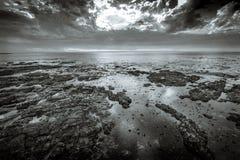 Vista nell'Oceano Atlantico dalla passeggiata del punto di Mouille a Cape Town, Sudafrica immagine stock libera da diritti