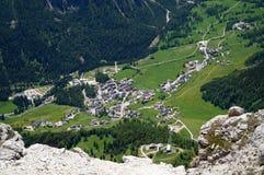 Vista nella valle e nella cittadina nelle alpi/dolomia/verso sud il Tirolo Immagini Stock Libere da Diritti