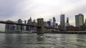 vista a New York com a ponte de suspensão imagem de stock