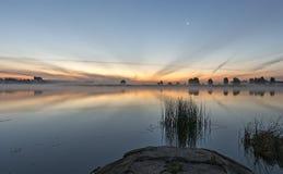 Vista no beira-rio antes do nascer do sol foto de stock royalty free