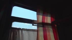 Vista no c?u azul atrav?s da janela do transporte do sono da segunda classe vídeos de arquivo