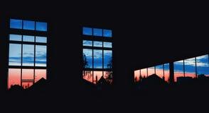 Vista no céu noturno através das janelas do hangar Foto de Stock
