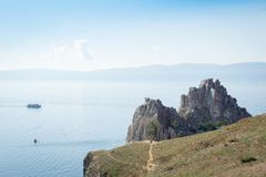 Vista no cabo Burkhan da rocha de Shamanka da ilha de Olkhon, o Lago Baikal imagens de stock