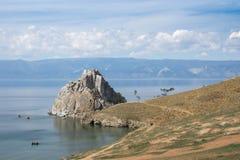 Vista no cabo Burkhan da rocha de Shamanka da ilha de Olkhon, o Lago Baikal fotos de stock royalty free