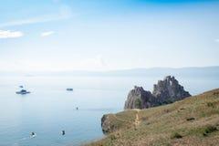 Vista no cabo Burkhan da rocha de Shamanka da ilha de Olkhon, o Lago Baikal imagem de stock