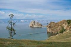 Vista no cabo Burkhan da rocha de Shamanka da ilha de Olkhon, o Lago Baikal foto de stock royalty free