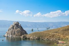 Vista no cabo Burkhan da rocha de Shamanka da ilha de Olkhon, o Lago Baikal foto de stock