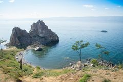 Vista no cabo Burkhan da rocha de Shamanka da ilha de Olkhon, o Lago Baikal fotografia de stock