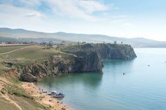 Vista no cabo Burkhan da rocha de Shamanka da ilha de Olkhon, o Lago Baikal fotos de stock