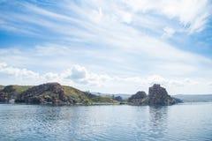 Vista no cabo Burkhan da rocha de Shamanka na ilha de Olkhon do Lago Baikal fotografia de stock royalty free