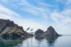 Vista no cabo Burkhan da rocha de Shamanka na ilha de Olkhon do Lago Baikal imagens de stock royalty free