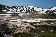 Vista no caldera venenoso de Ohachidaira no parque nacional de Daisetsuzan Imagem de Stock Royalty Free