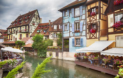 Vista no canal da água em Colmar, França, em agosto de 2014 Imagem de Stock