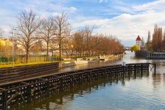 Vista no canal e no fechamento pequenos da água em Praga Fotografia de Stock