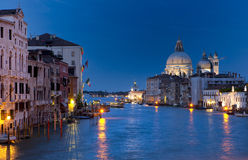 Vista no canal grande em Veneza na noite imagens de stock royalty free