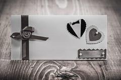Vista no cartão do convite para a placa da madeira do casamento Foto de Stock Royalty Free