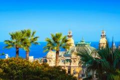 Vista no casino de Monte - de Carlo, de algumas árvores, e do mar Fotografia de Stock Royalty Free