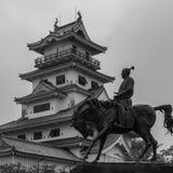 Vista no castelo da ?gua de Imabari e no monumento de seu imperador Todo Takatora r fotografia de stock