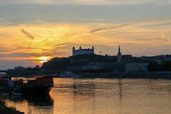 Vista no castelo de Bratislava e na cidade velha sobre o rio Danúbio em Bratislava, Eslováquia foto de stock