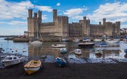 Vista no castelo de Caernarfon através do Seiont Foto de Stock