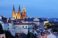 A vista no castelo gótico de Praga na noite Fotografia de Stock Royalty Free