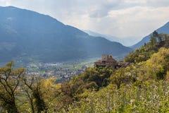Vista no castelo Thurnstein dentro do vale e dos cumes da paisagem de Meran Vila de Tirol, prov?ncia Bolzano, Tirol sul, It?lia fotos de stock