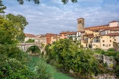 Vista no Cividale del Friuli com rio e ponte Foto de Stock