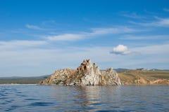 Vista no dragão do cabo Burkhan da rocha de Shamanka na ilha de Olkhon do Lago Baikal fotos de stock