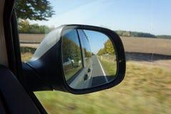 Vista no espelho em um carro Fotos de Stock Royalty Free