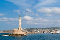 Vista no farol e no porto venetian em Chania foto de stock